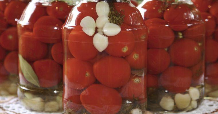 Консервовані помідори з цибулею