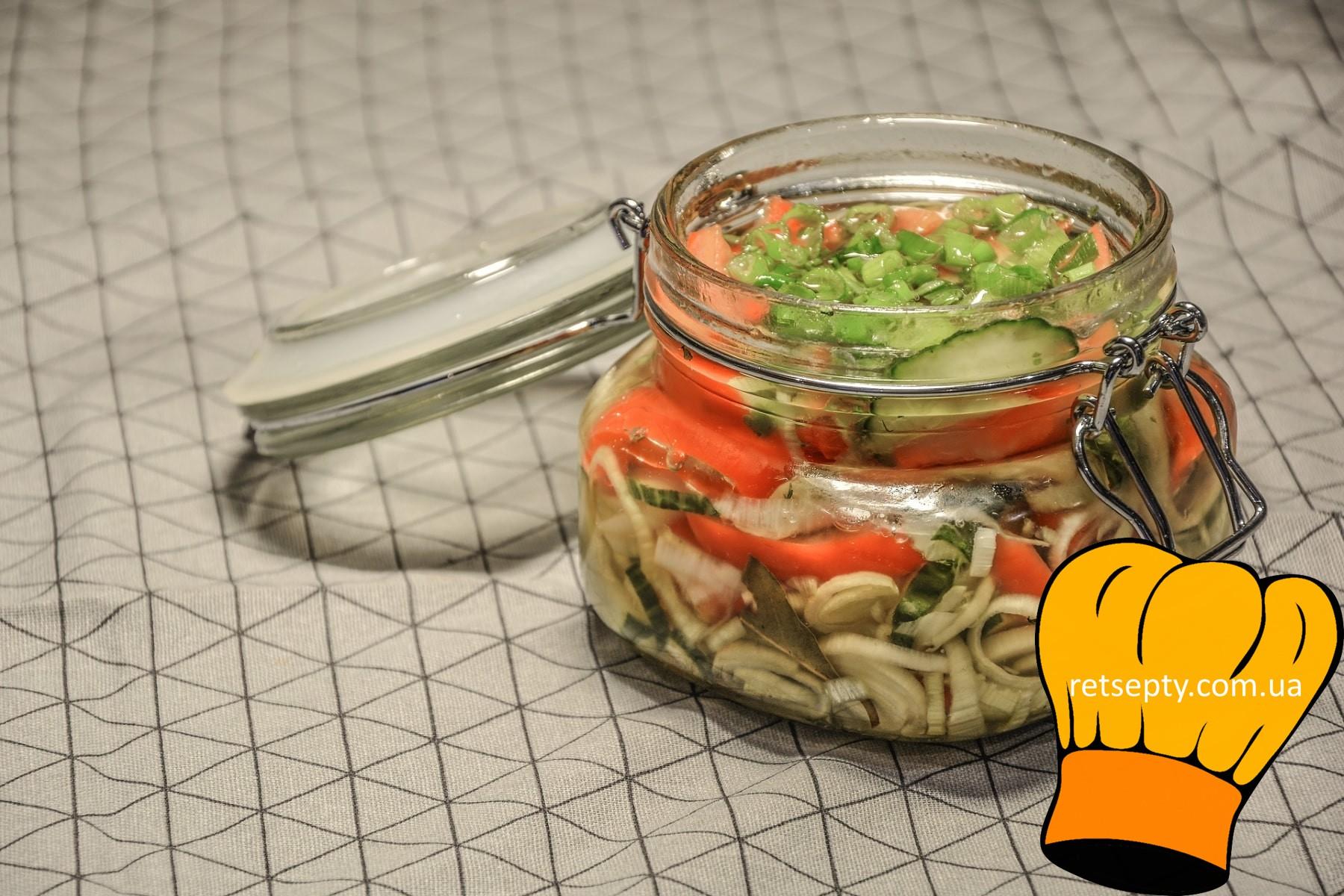 Легкий салат з квасолею і маринованими огірочками
